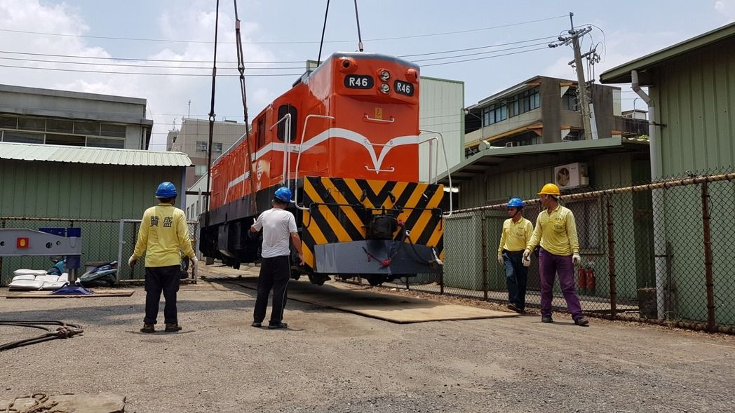 隧道南邊出口增加柴電機車頭及1節平快車廂
