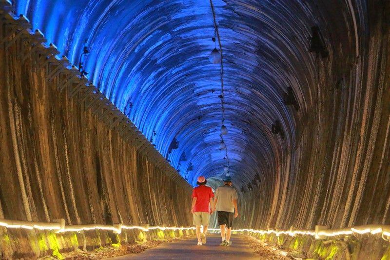 苗栗私房景點功維敘隧道》相當夢幻的七彩隧道 穿梭時光的百年隧道 全台唯一的鐵道城牆式隧道